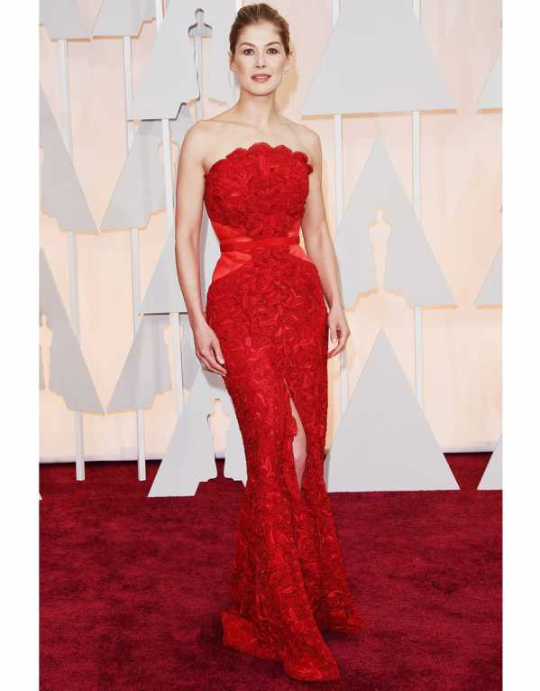 Rosamund Pike in a romantic, figure flattering red gown at the Oscars in 2015