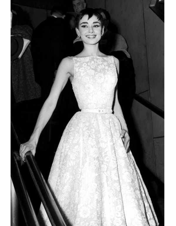 Audrey Hepburn in a vintage lace dress at the Oscars in 1954