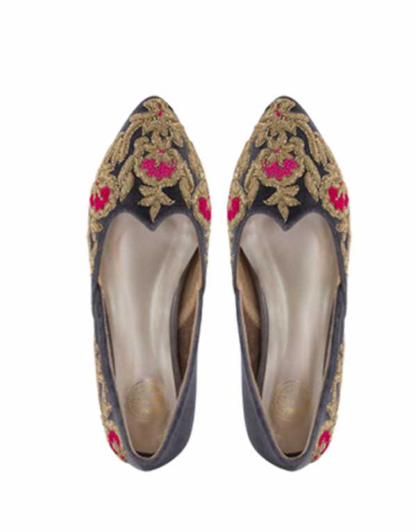 Gold Bloom wedges, Rungg, Rs.10,000